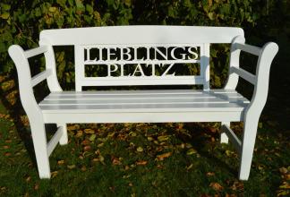 eine besondere Geschenkidee zur Hochzeit Geburtstag suchen weiße Holz Gartenbank Lieblingsplatz Friesenbank